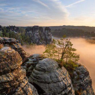 Sonnenaufgang und Nebel im Elbsansteingebirge in der Sächsischen Schweiz.